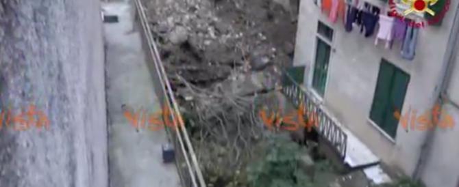 Impressionante frana a Genova, rischiano il crollo altri palazzi (video)