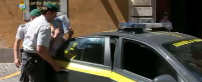 Pluripregiudicato investe una donna e le scippa la borsa al centro di Roma