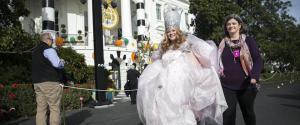 Alla Casa Bianca Obama cerca di liberarsi dall'incubo delle elezioni americane festeggiando Halloween