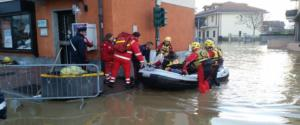 Le operazioni di soccorso alla popolazione di Moncalieri