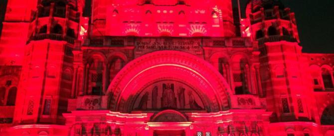 L'abbazia di Westminster tutta rossa. Contro le persecuzioni anticristiane
