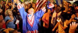 """""""È la fine di un incubo"""". A Miami esuli in festa per la morte di Fidel Castro (VIDEO)"""