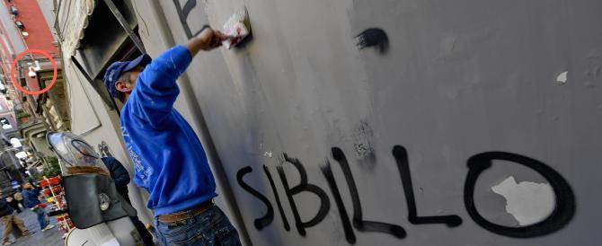 Napoli, prete sfida i clan: via dai muri della Chiesa le scritte pro-camorra