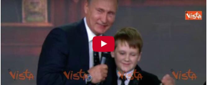 Putin scherza con un bambino: «La Russia non ha confini» (video)