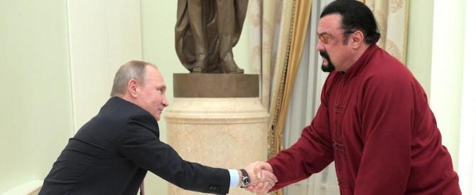 Steven Seagal riceve il passaporto russo direttamente dalle mani di Putin