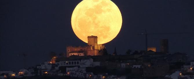Ecco la notte della super Luna, il satellite mai così vicino da 68 anni