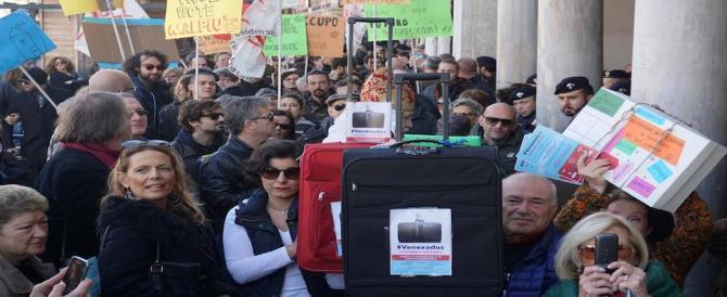 Venezia, a Rialto con le valigie per dire no allo spopolamento della città