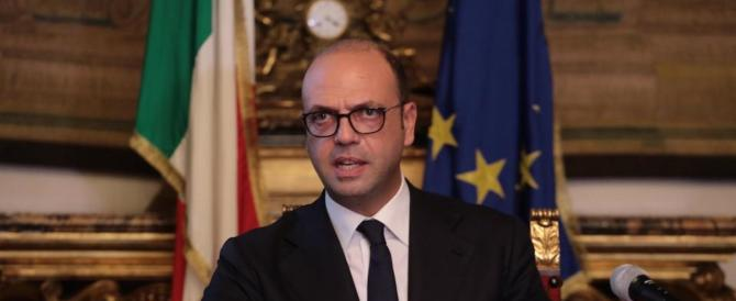 Referendum, Alfano a Renzi: «Se vince il No, non ti dimettere»