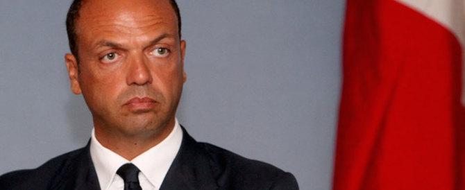 Referendum, ora Alfano s'attacca alla poltrona: «Il no non produrrà le dimissioni»