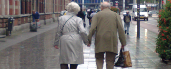 """""""Vi sfiguro con l'acido"""": due anziani denunciati per stalking dal condominio"""