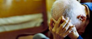 Altri anziani maltrattati in una casa di riposo. Escrementi di topo in cucina