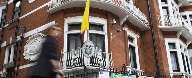 Assange colpisce ancora: «Era nostro dovere pubblicare le mail di Hillary»