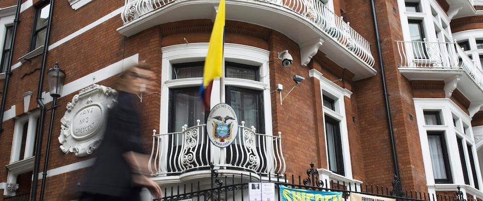 Julian Assangenell'ambasciata dell'Ecuado che gli ha offerto asilo politico