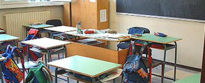 Napoli, ruba a scuola 38 computer e scassina le cattedre: smascherato