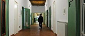 La beffa, detenuti in permesso di lavoro al bar con cellulari e droga