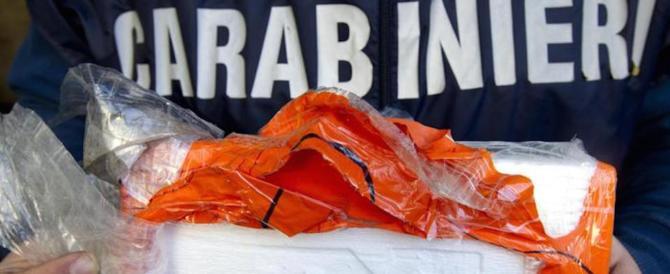 Napoli, casalinga nasconde droga nel detersivo, il clan le armi nel portone