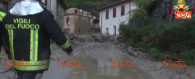 Liguria, frana travolge un edificio: i pompieri salvano due persone (video)