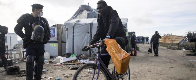 """Calais, sgomberata la """"giungla"""". E c'è chi tenta di arrivare a Londra in canoa"""
