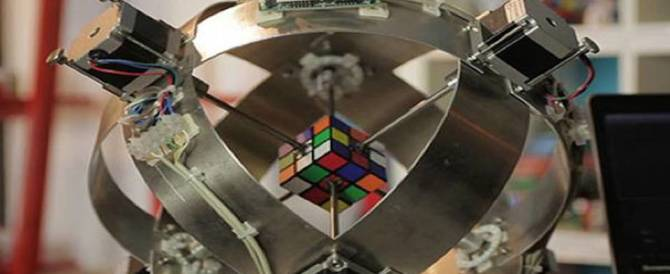 Il record del cubo di Rubik? È quello di un imbattibile robot: 637 millisecondi (video)