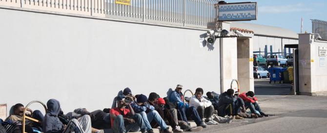 «Vogliamo più soldi»: protesta degli immigrati che bloccano la strada