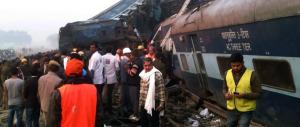 India, deragliano 14 vagoni di un treno: è strage, oltre 100 morti (foto e video)