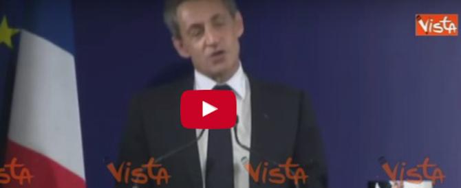 Sarkozy si arrende e lascia il palco a capo chino dopo la sconfitta (video)