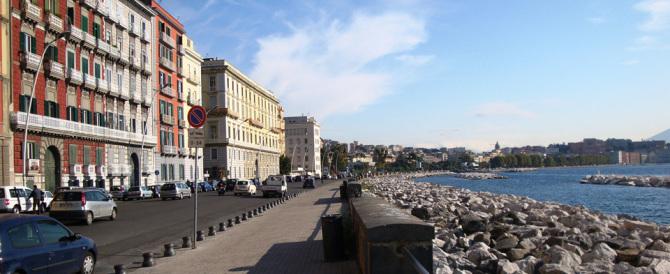 Ancora caldo anomalo a Napoli. E sul lungomare c'è chi si tuffa in acqua