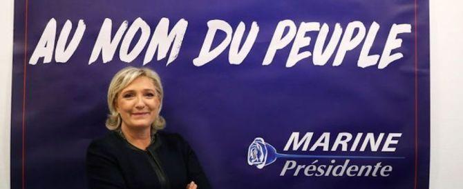 """La rosa blu di Marine Le Pen contro Macron, """"il candidato delle banche"""""""