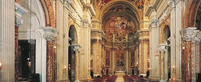 Armato di martello entra in una chiesa al centro di Roma: bloccato