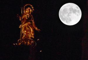A Milano la superluna illumina la Madonnina
