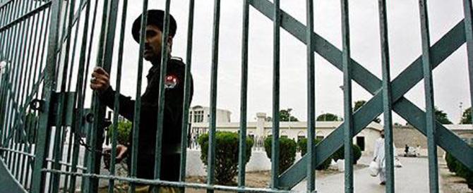 Torturano e frustano transessuale, poi diffondono il video: arresti in Pakistan