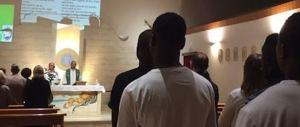 Il parroco propone di ospitare i migranti in canonica. I fedeli dicono no