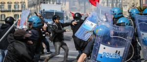 """""""Renzi vattenne"""":a Napoli scontri e tensione tra la polizia e i centri sociali"""
