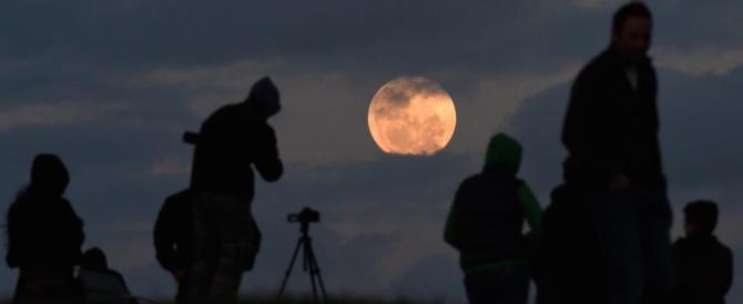 Tutti pazzi per la Superluna: video e foto dell'evento astronomico più social