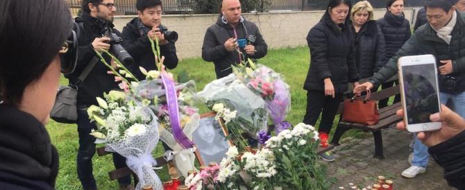 Studentessa morta, fiori, candele e palloncini bianchi in suo ricordo