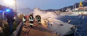 Vigili del fuoco in azione per domare le fiamme che avvolgono l'imbarcazione
