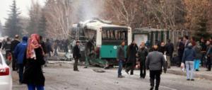 Kamikaze in Turchia contro un bus di soldati: decine di morti (VIDEO)