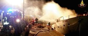 Altre drammatiche sequenze dell'incendio sull'imbarcazione ormeggiata a Loano