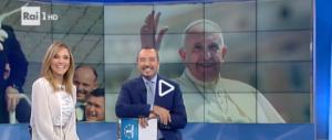 Il Papa sorprende tutti e telefona a Raiuno per gli auguri di Natale (VIDEO)