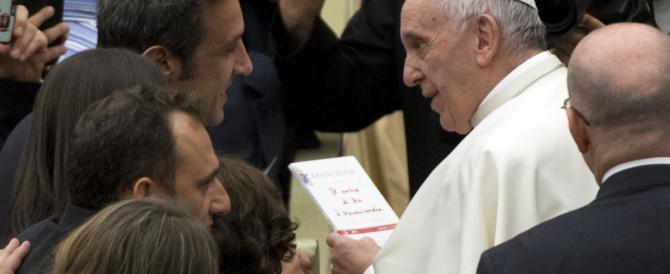 Buon compleanno prima del tempo. Il Papa gela i fedeli: «Porta jella» (VIDEO)