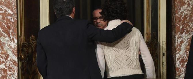 Il giorno più lungo di Renzi si chiude con l'abbraccio ad Agnese (video)