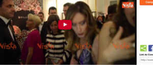 Il ministro Boschi al San Carlo: fuori la contestano. Dentro la calpestano… (video)
