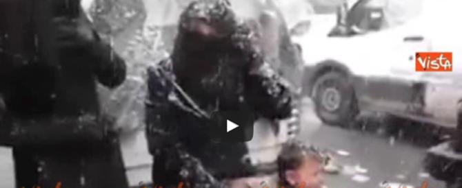 In fuga da Aleppo, sui profughi si abbatte una violenta tempesta di neve (video)