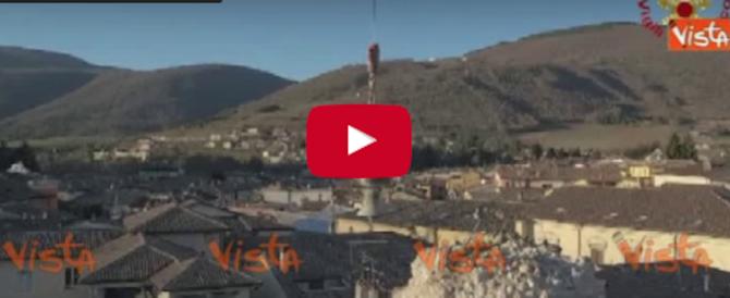 Vigili sospesi nel vuoto per salvare la campana della Chiesa di Norcia (video)