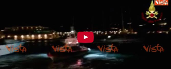 In fiamme uno yatch ormeggiato a Loano: 3 le vittime (video e fotogallery)