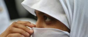 Udine, si toglie il velo a scuola: la madre la scopre e la picchia a sangue