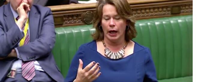 """""""Violentata a 14 anni"""": il racconto della deputata scozzese, colleghi commossi (video)"""
