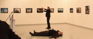"""Il fotografo dell'orrore di Ankara: """"Così è morto l'ambasciatore russo"""" (VIDEO)"""