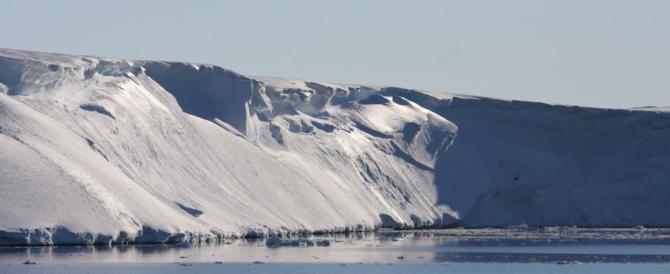 Antartide, acqua troppo calda: il più grande ghiacciaio eroso dall'interno