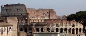 """Sul Colosseo appare una scritta inquietante: """"Morte"""". Minacce o bravata?"""